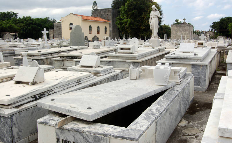 new-orleans-spookiest-city-open-grave
