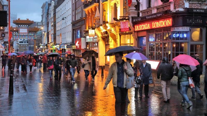 Londres-debe-y-no-debe-paraguas