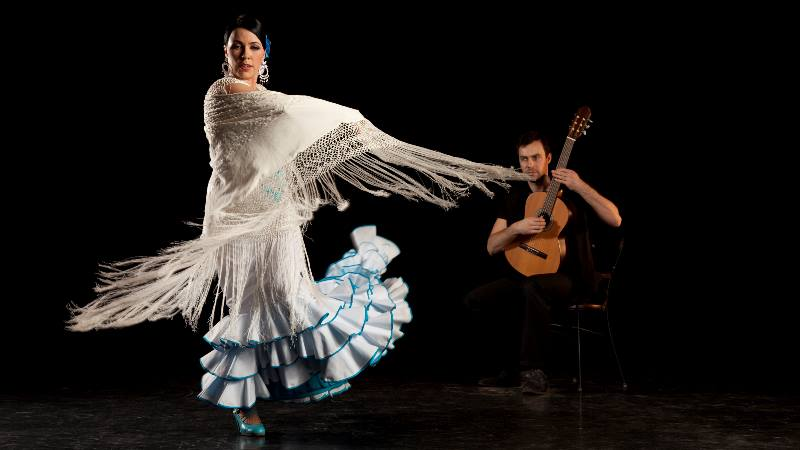 A-male-playing-guitar-and-a-lady-dancing-flamenco