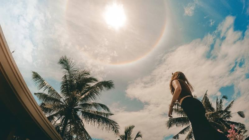 Female-solo-traveller-looking-into-the-sky