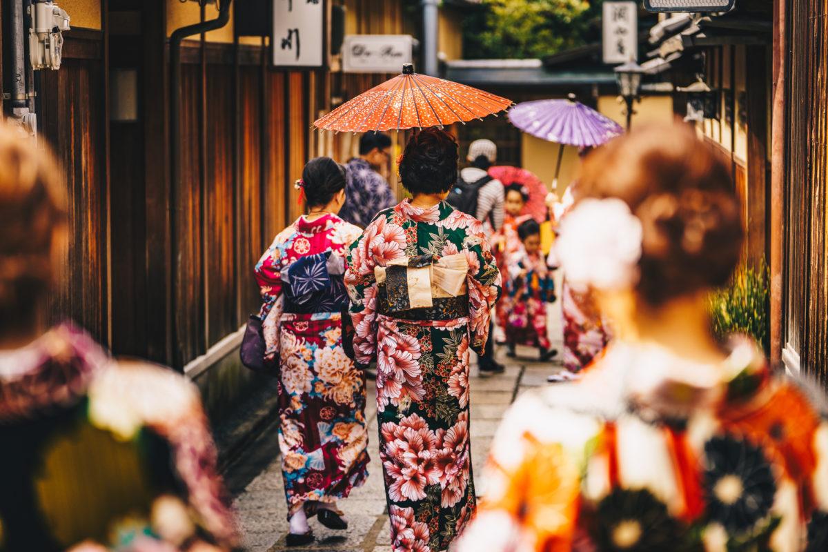 Women_walking_in_traditional_kimonos_in_kyoto