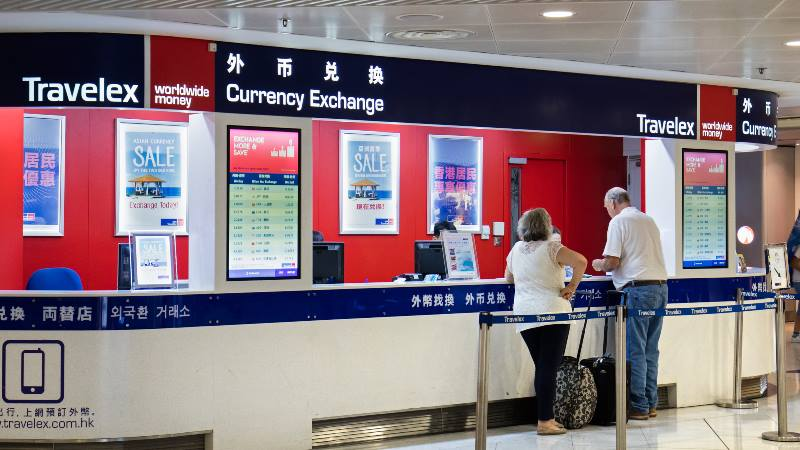 People-exchanging-money-at-the-currency-exchange-travel-apps-2020