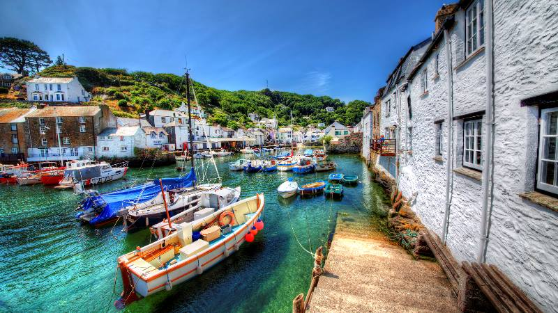 View-of-bay-in-Cornwall-England-with-boats-moored-on-a-sunny-day