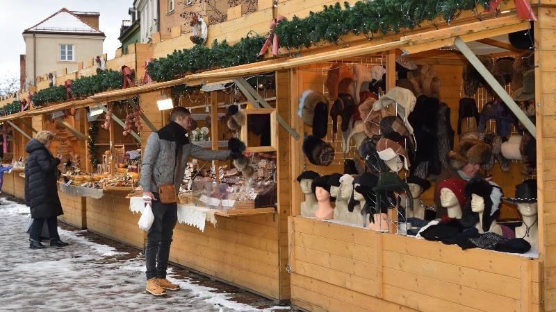 People-shopping-at-a-Warsaw-Christmas-market