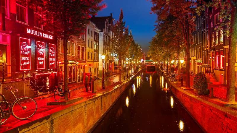 Red-Light-District-Amsterdam-view-of-the-canal