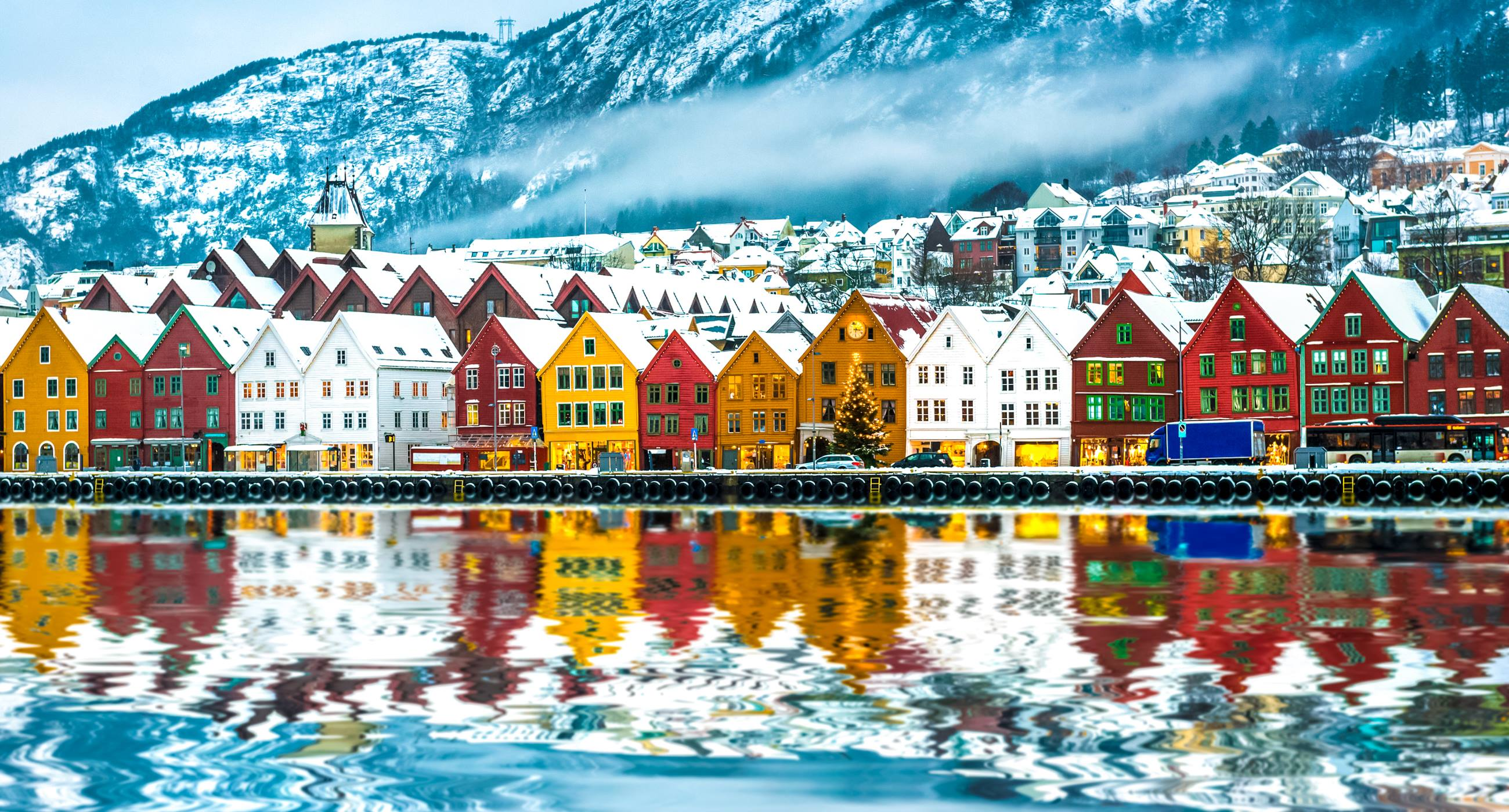 View-of-colourful-houses-on-the-waterside-of-Bergen