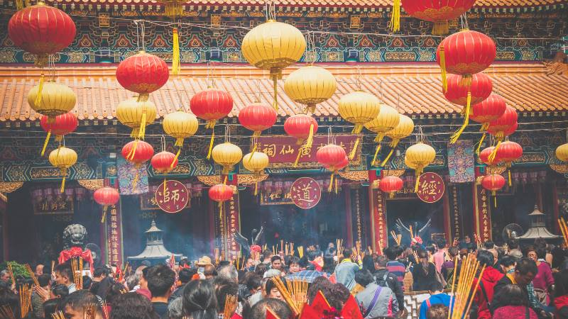 Lanterns-hanging-for-Chinese-New-Year-in-a-crowded-temple