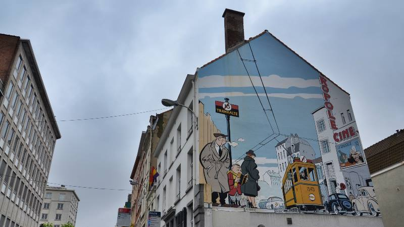 Comic-book-picture-painted-on-the-side-of-the-house-brussels-do's-and-don'ts