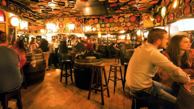 People-enjoying-themselves-at-a-bar-brussels-do's-and-don'ts