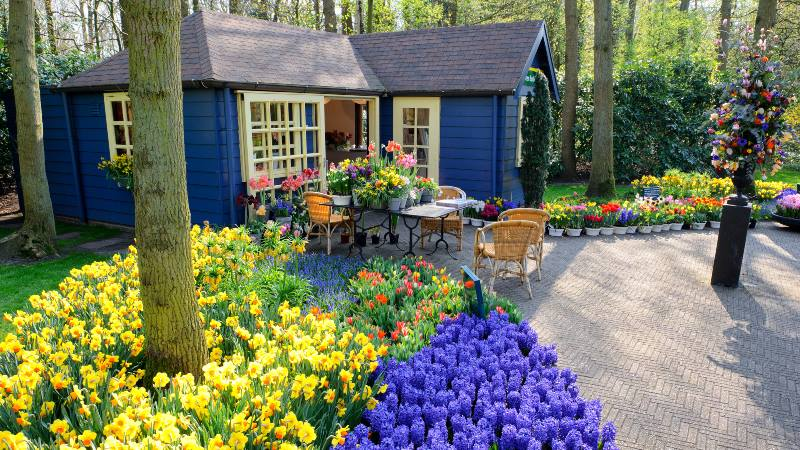 Flower-shop-in-Keukenhof-Gardens-Lisse-Netherlands-a-day-at-keukenhof