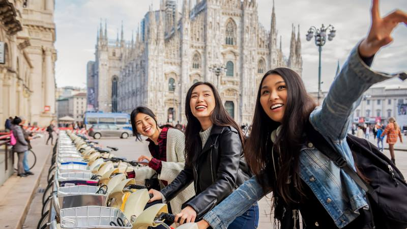 Young-group-of-woman-riding-bikes-in-Milan