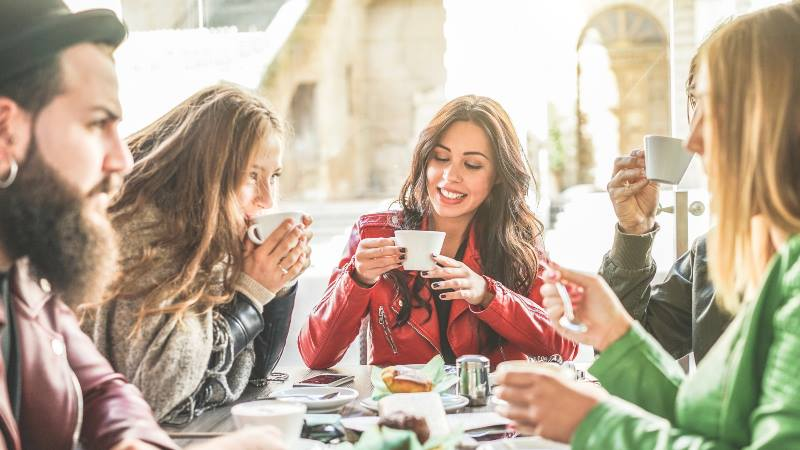 Group-of-young-trendy-people-drinking-coffee-Fashion-Milan-do's-and-don'ts