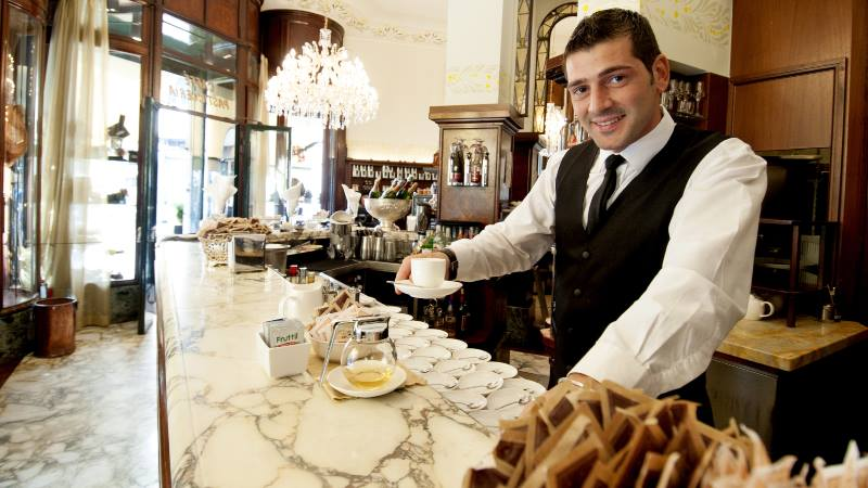 Barman-serving-coffee-Milan-do's-and-don'ts
