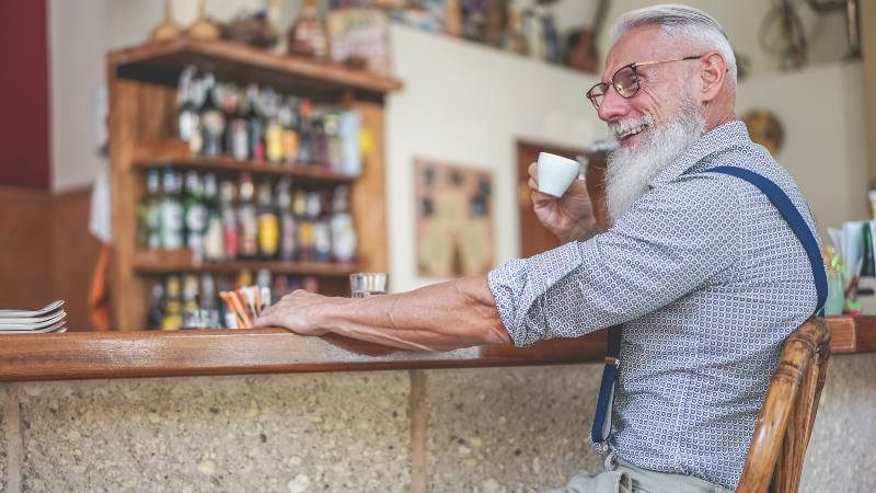 Old-man-with-beard-drinking-an-espresso-milan-do's-and-don'ts