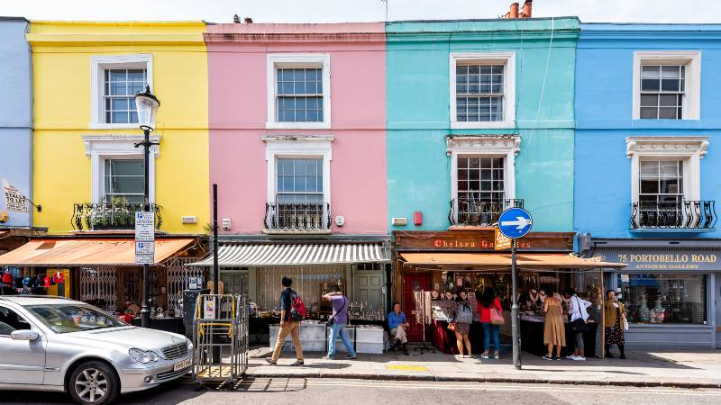 Colourful-houses-and-pretty-shops-on-a-Notting-Hill-street